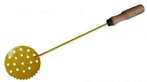 Черпак зубчатый с деревянной ручкой ТЕХНОЛИТ, окрашенный (90х300)